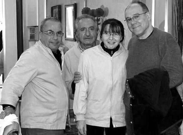 Carlo Verdone e il team del negozio di barbiere in Torino Figaro