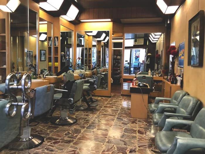 Interni del negozio di barbiere Figaro a Torino