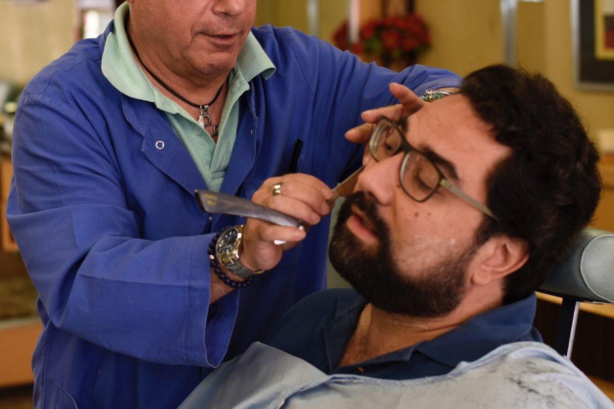 Rasatura barba con rasoio a mano libera eseguita da Figaro barbiere di Torino