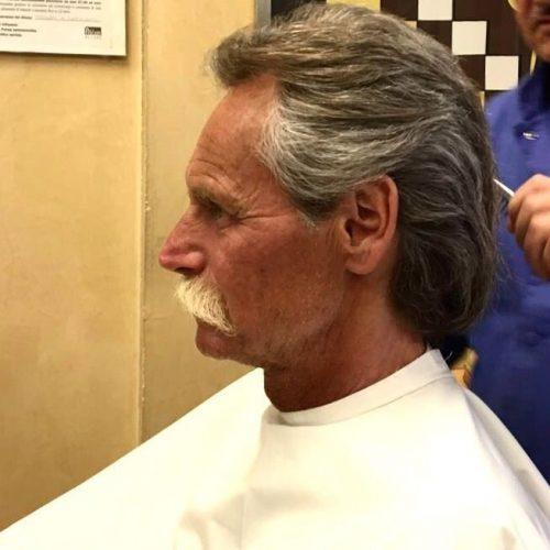 Taglio uomo elegante e modellatura baffi eseguita da Figaro, barbiere di Torino